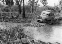 La Land Rover de géologues de l'ORSTOM, au Sénégal Oriental en 1967, franchissant un marigot (le Koba Ko) sur un pont de fortune. Ph. J-M Wackermann.
