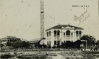 Dakar, la T.S.F - La station radiotélégraphique de Dakar (TSF de puissance), installée vers 1920, était en liaison directe avec le poste de Bordeaux Croix d'Hins. Elle couvrait aussi les 2 grandes routes maritimes de L'Afrique du Sud et de l'Amérique du Sud. Une station a ondes courtes assurait les communications avec l'intérieur de l'AOF. L'indicatif était FDA.