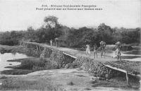 Pont primitif sur un fleuve aux basses eaux