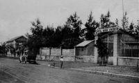 Dakar, l'école de médecine - datée du 24.07.1945 - créée en 1918, l'Ecole de médecine de l'AOF, aussi appelée école Jules Carde forme des médecins et des pharmaciens auxiliaires ainsi que des sages-femmes. Elle est inaugurée et dirigée par Le Dantec, directeur de l'hôpital indigène. L'école compte 4 sections: médecine (en 4 ans), pharmacies, sages-femmes et vétérinaires (toutes en 3 ans d'étude). La section vétérinaire sera transférée par la suite à Bamako. A sa fermeture en 1953, l'école a accueilli 32 promotions et formé 582 médecins, 87 pharmaciens et 447 sages-femmes. Elle devient à compter de 1953 une faculté dépendante de l'Éducation nationale française sous le nom d'« École préparatoire de médecine et pharmacie de Dakar ». Elle assure les trois premières années de formation qui se déroulent par la suite pendant trois ans en France et essentiellement à Bordeaux. En 1958 elle devient « École nationale de médecine et pharmacie » et délivre à partir de 1960 ses propres diplômes. Le président ivoirien Houphouët Boigny fut élève de l'école de médecine.