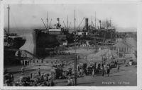 Kaolack, le port. Situé sur le Saloum, le port de Kaolack est accessible aux cargos. En 1948, il n'y a pas de service régulier. Le cercle du Siné-Salooum dont Kaolack est chef-lieu, exporte 220 000 t d'arachide en 1948.