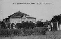 Louga, la Résidence – Outre la Résidence du chef de cercle, Louga dispose d'un dispensaire avec maternité, de deux écoles régionales, du téléphone – télégramme et bureau de poste, d'un collège moderne d'agriculture, d'une paierie, d'un commissariat de police, d'une gendarmerie, d'un service vétérinaire, d'un service de l'agriculture et d'une gare de chemin de fer.