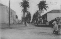 Saint-Louis, avenue Dodds - Alfred Amédée Dodds (Saint-Louis du Sénégal, 6 février 1842 - Paris, 17 juillet 1922) est un général français créole, commandant supérieur des troupes françaises au Sénégal à partir de 1890. En 1892-1894, ce capitaine créole mena la conquête du Dahomey (actuel Bénin) sur Béhanzin 1er. Proche des radicaux français, Alfred Dodds dut sa nomination comme chef d'expédition à l'intervention personnelle de Clemenceau, nomination qui entraîna la démission du ministre de la Marine Godefroy Cavaignac. Sorti de Saint-Cyr en 1862, lieutenant d'infanterie de marine en 1867. En poste à La Réunion, il se distingue durant les émeutes de 1868. Capitaine en dec 1869. Durant la guerre de 70, il se distingue à Bazeilles (chevalier de la Légion d'honneur). Il s'évade après la capitulation de Sedan et rejoint l'armée de la Loire puis celle de l'Est. Il est interné en Suisse à la fin de la guerre. Il sert au Sénégal de 1871 à 1878. Il part ensuite en Cochinchine de 1878 à 1879. Chef de bataillon en 1879, il est en poste au Sénégal et participe aux opérations de la Casamance (1879-1883). Lt Colonel en 1883, il participe aux opérations dans le delta du Tonkin. Colonel en 1887, il pacifie le Fouta Djalon en Guinée. Commandeur de la Légion d'honneur en 1891. Il prend le commandement du 8e colonial à Toulon, puis en 1892, il est nommé commandant supérieur au Bénin et dirige la campagne du Dahomey. Général de brigade en 1892, Inspecteur des troupes de marine. Grand Officier de la Légion d'honneur . En 1895, il reçoit le commandement supérieur des troupes en Indochine. Général de division en 1899. De 1903 à 1907, il est commandant supérieur des troupes de marine. Membre du Conseil supérieur de la guerre. Grand-croix de la Légion d'honneur, Médaille militaire (1907). Décédé en 1922.
