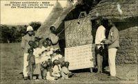 Soudan - Ecole des enfants de troupe des Tirailleurs indignées.  – Cette image illustre l'initiative de l'armée française pour former des cadres locaux au début de l'époque coloniale en Afrique occidentale. Elle semble mise en scène, tant les élèves sont peu nombreux, d'âge très varié et les installations inexistantes ; ça ne ressemble pas vraiment à une école structurée et très fonctionnelle. D'ailleurs le cliché est signé du photographe dakarois Edmond Fortier, fin connaisseur des scènes animées. On a peut être choisi symboliquement la première école militaire fondée sur au Soudan français en 1884 –alors Haut-Sénégal-, au poste militaire de Kita, non loin de Kayes… De fait dès la création du corps des tirailleurs sénégalais en 1857, le Général Faidherbe, son promoteur, entend utiliser l'éducation pour renforcer l'attachement des élites locales au projet colonial et pour constituer un encadrement africain intermédiaire lettré. Ainsi, les enfants des chefs traditionnels sont accueillis sur les bancs d'établissements dédiés – à Saint-Louis, à Bingerville- puis le dispositif est étendu aux enfants de tirailleurs. Mais en réalité il reste longtemps confidentiel, circonscrit à une infime fraction de la population générale et même de celles des enfants de tirailleurs et de chefs. Il faut attendre l'après seconde guerre mondiale pour voir l'effort éducatif –militaire comme civil- significativement renforcé en AOF. Des écoles de troupe, des prytanées sont crées dans la région, dont la plupart fonctionnent encore, même si le but initial de former les futurs militaires gradés de l'armée semble parfois perdu de vue. L'image d'une entreprise coloniale civilisatrice, celle-là même portée par l'emblématique ministre de l'éducation de IIIe République Jules Ferry, doit être cependant évalué à l'aune de ces résultats : à l'indépendance des principaux pays d'Afrique de l'Ouest, moins de 4 % de la population était alphabétisé, et les armées resteront encore longtemps encadrées par de