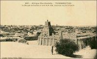 Tombouctou, la mosquée de Sankore au nord de la ville, construite vers le XIe siècle. – Le vénérable édifice, ici immortalisé par le photographe dakarois Edmond Fortier en visite au Soudan en 1905, fait partie du patrimoine récemment profané à Tombouctou par les salafistes d'Ansar Dine. Centre de savoir, cette mosquée abritait naguère une prestigieuse université, dont la fondation est contemporaine de celles d'Oxford et de la Sorbonne. Les nouveaux maîtres de la ville, proches d'Al-Qaïda au Maghreb islamique, ont notamment brisé les portes de la mosquée Sidi Yahia, transgressant ainsi une croyance locale selon laquelle le bon œil veillera sur la ville tant qu'elles resteront closes. Cette effraction et la destruction de 7 des 16 mausolées de saints locaux –la ville adore 333 saints !- ont une portée symbolique et politique puissantes. Aux yeux du monde et de l'Occident, elles associent l'action de ces jihadistes sahéliens à celle des Talibans d'Afghanistan, responsables en leur temps du dynamitage des célèbres statues de Bouddha de Bâmiyân. Pour les habitants, elles défient la pratique locale de la religion, un islam soufi confrérique basé sur la vénération de figures sacrées et l'allégeance aux savants. Ce faisant, elles constituent une sorte de coup d'Etat social, remettant en cause le pouvoir des élites érudites locales liées aux confréries musulmanes, particulièrement les Kountas.