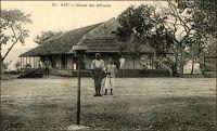 Kati, Cercle des officiers. – Le village de Kati, à une douzaine de kilomètres de Bamako, est choisi par le lieutenant-gouverneur de Trentinian en février 1896 pour installer le camp militaire. Le lieu, qui aurait porté des forêts verdoyantes par le passé, est réputé pour sa salubrité.  Les différents services de l'armée y sont progressivement regroupés. Une ambulance – infirmerie militaire – est mise en place. La garnison de Kayes, le 2ème régiment de tirailleurs sénégalais, vient s'installer à Kati en 1898. Le village, où vivent de nombreuses familles de ces militaires venus des quatre coins de l'AOF et engagés sur des terrains lointains, prend de l'ampleur. Il devient une ville animée et bigarrée de toutes les cultures du sous-continent, et un marché assez important, où convergent commerçants et artisans. Kati conserve de nos jours sa vocation militaire et abrite actuellement le camp Soundiata Keita (du nom d'un fameux héro de l'épopée mandingue qui vécut au XIIIème siècle) et un prytanée destiné à la formation secondaire des enfants de militaires maliens et ouest-africains. – Le Général Gouraud, figure de la conquête coloniale, raconte ainsi une visite à Kati au tout début du XXème siècle : « Le 29 [janvier 1903], Bamako […] Une voiture légère attelée de mules nous emmène rapidement le lendemain à Kati, à travers un joli paysage, un peu bouleversé, cependant point trop gâté par les tranchées et déblais du chemin de fer. Kati est devenu un gros centre militaire, administratif et médical. Nous sommes les hôtes du colonel Ebener, commandant le 2è sénégalais » (1). Sources : (1) Gouraud, Général, Zinder, Tchad - Souvenirs d'un Africain, Paris, Plon, 1944.