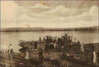 Bamako, le départ du bac. - La capitale du Soudan, quoique érigée au bord du fleuve Niger, ne reçoit son premier pont qu'en 1947 - le second est bâti durant le funeste régime du président Moussa Traoré (1968-1991) et le troisième, financé par la Chine, es en cours d'édification depuis 2009. Le bac sur le fleuve resta fonctionner bien après la mise en service du premier édifice. Le journal local L'Essor, dans sa livraison du 8 février 1960, révèle les statistiques de passages du bac entre le 18 juillet et le 1er décembre 1959. Dans cette période, 320 000 passagers, 15 000 vélos, 2000 charrettes, 5000 voitures, 1500 camionnettes, 5000 camions, dont 3000 véhicules lourds et légers appartenant à l'administration, l'armée, la gendarmerie ou la police ont emprunté le bac, à raison de 145 véhicules et 2400 voyageurs par jour.