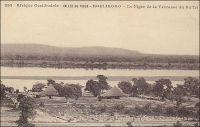 Koulikoro, le Niger de la terrasse du Buffet. – Situé sur le fleuve, à une soixantaine de kilomètres de Bamako et en aval de tout rapide, Koulikoro est le port d'où part la ligne fluviale vers Gao. Les vapeurs « Bonnier », « Gallieni » et « Mage » de la société Messafric assurent un service hebdomadaire de décembre à avril. Entre Koulidoro et Gao, ils desservent Ségou, Markala, Sama, Macina, Diafarabé, Mopti, Aka, Niafunké, Diré, Kabara (le port de Tombouctou), Rharous, Bemba et Bourem. Le départ de Koulikoro a lieu le jeudi à 12 heures, et l'arrivée à Gao le jeudi suivant à 13 heures, soit 8 jours de navigation. Dans le sens inverse, le départ de Gao se fait le vendredi à 11 heures et l'arrivée à Koulikoro 12 jours plus tard, le mardi à 9 heures. Aux basses eaux, le service par vapeur n'est assuré qu'entre Koulikoro et Kabara/Mopti. Le reste de la ligne est assuré par des pirogues. La ligne de chemin de fer, qui joint Kayes sur le fleuve Sénégal à Bamako depuis 1904, s'étend jusqu'à Koulikoro créant une jonction terrestre entre les deux fleuves.