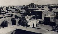 Tombouctou, vue générale. – « J'ai été à Tombouctou, en dessous du royaume de Barbarie, en pays très arides dans les terres » (1). « Tombouctou, disent les vieux chroniqueurs soudanais, est le lieu de rencontre de ceux qui voyagent en pirogue et de ceux qui cheminent à chameau. […] Quelques casernes ocres à créneaux, des drapeaux français et des maisons carrées, de teinte mastic, sans une ombre, sans un relief. […] Tombouctou, qui fut jadis une cité de plus de cent mille âmes, n'est plus qu'un village de cinq mille habitants. […] Cependant l'impression que laisse Tombouctou est très foret. C'est la fin du monde nègre, de la beauté des corps, des gras pâturages, de la joie de vivre, du bruit, des rires… » (2). Sources : (1) Benedetto Dei, premier européen à venir à Tombouctou en 1469. (2) Morand, Paul, A.O.F. de Paris à Tombouctou, Paris, Flammarion, 1928.