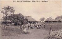 Kati, le camp. – « Le 29 [janvier 1903], Bamako […] Une voiture légère attelée de mules nous emmène rapidement le lendemain à Kati, à travers un joli paysage, un peu bouleversé, cependant point trop gâté par les tranchées et déblais du chemin de fer. Kati est devenu un gros centre militaire, administratif et médical. Nous sommes les hôtes du colonel Ebener, commandant le 2è sénégalais » (1). – Le village de Kati devient un poste colonial le 7 février 1881 (le poste de Bamako ne sera fondé que deux ans plus tard), à l'initiative du lieutenant-colonel Borgnis-Desbordes qui vient d'être nommé commandant du territoire du Haut-Fleuve, précurseur du Soudan français. Le corps des tirailleurs sénégalais, dont l'auteur évoque ici le 2ème régiment, a été créé en 1857 par le Général Faidherbe, alors gouverneur du Sénégal.  Source  : (1) Gouraud, Général, Zinder, Tchad - Souvenirs d'un Africain, Paris, Plon, 1944.