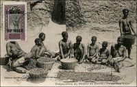 Préparation du beurre de karité, triage des noix – « Les femmes étaient accroupies devant les petits tas de choses qu'elles avaient à vendre : trois morceaux de sucre, quatre bananes, six noix de kola, une calebasse de lait, cinq ou six mille mouches... des petites boules noires comme des crottes de chèvre, d'autres boules, celles-là blanchâtres et d'où montait une odeur qui est celle de toute l'Afrique. C'était l'odeur du beurre de karité. Aucun puits perdu, aucune bouche, soit d'égout, soit d'évier, ne vous donnera une idée de cette odeur-là. Si boucané que vous soyez, vous tomberez inanimé à la moindre vague de beurre de karité. C'est une odeur que l'on pourrait appeler à crochet, car elle plonge en vous et vous décroche le cœur ! Ce beurre végétal se met à toutes les sauces. Il sert à la cuisine, à la toilette. Il graisse les plats, lubrifie les peaux. Plus la peau brille au soleil, plus la femme est séduisante. Le malheur est que la coquette sent d'aussi loin qu'elle brille ». Source : Londres, Albert, Terre d'ébène, Paris, Albin Michel, 1929.