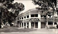 Bamako, Pariscoa, rue Guilium. - A la recherche d'une formule susceptible de rénover le commerce dans les capitales africaines, de type « grands magasins » et se démarquant des comptoirs, la SCOA (Société commerciale de l'Ouest Africain) s'associe à partir de 1952 avec le groupe Prisunic pour lancer une chaîne de magasins sous l'enseigne Pariscoa et avec le groupe du Printemps pour ouvrir des magasins Printania.
