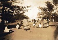Le marché de Kayès, en novembre 1896. Cliché du Lieutenant Emile-Louis Abbat, qui servit au Soudan Français de 1894 à 1898. - Extrait d'un rapport rédigé en 1899 par Emile-Louis Abbat aux autorités militaires concernant le Soudan Français :