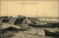 Bamako, le port de commerce. – En 1931, la capacité journalière de chargement et de déchargement du port de Bamako, sur le fleuve Niger, est de 4 à 500 tonnes. Le matériel de quai comprend deux grues dont une de 1O tonnes, et une de 5 tonnes. Il existe une voie ferrée, de 1 mètre d'écartement, reliant le port a la gare. Le chemin de fer, dit « Océan-Niger », joint l'Atlantique à Dakar depuis 1924. Pendant longtemps, entre 1904 et 1924, la liaison entre l'océan et le fleuve Niger s'effectuait avec des chalands remontant le fleuve Sénégal depuis Saint-Louis jusqu'à Kayes, puis par le train dont la ligne se limitait au tronçon Kayes-Bamako-Koulikoro.