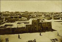 Tombouctou, vue générale. (années 1920) – « J'ai été à Tombouctou, en dessous du royaume de Barbarie, en pays très arides dans les terres » (1). « Tombouctou, disent les vieux chroniqueurs soudanais, est le lieu de rencontre de ceux qui voyagent en pirogue et de ceux qui cheminent à chameau. […] Quelques casernes ocres à créneaux, des drapeaux français et des maisons carrées, de teinte mastic, sans une ombre, sans un relief. […] Tombouctou, qui fut jadis une cité de plus de cent mille âmes, n'est plus qu'un village de cinq mille habitants. […] Cependant l'impression que laisse Tombouctou est très foret. C'est la fin du monde nègre, de la beauté des corps, des gras pâturages, de la joie de vivre, du bruit, des rires… » (2). Sources : (1) Benedetto Dei, premier européen à venir à Tombouctou en 1469. (2) Morand, Paul, A.O.F. de Paris à Tombouctou, Paris, Flammarion, 1928.