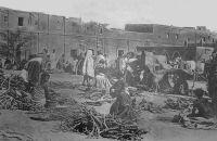 Tombouctou, le marché au bois. – En 1948, le cercle de Tombouctou, qui s'étend sur 282 400 km2, compte 86 111 habitants dont 25 159 sédentaires. Le cheptel est de 11 000 chameaux, 1200 chevaux, 18 000 ânes, 250 000  bœufs et 834 000 moutons et chèvres. L'élevage bovin est largement destiné au marché de la Côte d'Ivoire, vers lequel il est acheminé sur pied. Hormis le bétail, la production est limitée à 400 t. de gomme, 100 000 barres de sel de Taoudéni.
