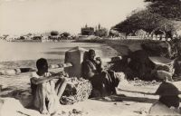 Le Niger à Mopti – Chef-lieu du cercle du même nom, Mopti compte en 1948 une population de 71 Européens, 16 Américains, 97 Libanais et 450 000 Africains, dont 145 000 Peuhls, 26 500 Bambaras, 27 000 Bazés et Sononos. Ses ressources sont basées sur la pêche, la riziculture, pour laquelle des travaux d'irrigation sont entrepris, ainsi que l'élevage (exportation de bétail vers la Côte d'Ivoire et la Gold Coast). Mopti est desservie par une liaison fluviale hebdomadaire en saison de pluie (juillet à novembre) vers Koulikoro, et toute l'année vers Gao, par les vapeurs Gallieni, Mage et Bonnier des Messageries Africaines.