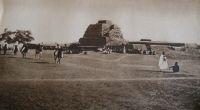 Gao, une parade militaire sur l'esplanade devant le tombeau des Askias - vers 1936.