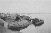 Bamako, le quai du commerce  - En 1924, les eaux territoriales deviennent propriété de l'État, et en 1947 une taxe est instaurée sur les pirogues.