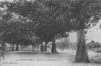 Kayes, avenue du gouvernement – Chef-lieu du cercle du même nom, Kayes compte 15 000 habitants en 1948. Les établissements commerciaux CFAO, SCOA, Peyrissac et Niger Français y ont succursale. La seule initiative industrielle est l'entreprise Charbonneau de tannage de peaux. Deux grosses exploitations agricoles, la Société des cultures de Diakandapé (S A au capital de 19.500.000 f., siége social à Same, cercle de Kayes) et l'exploitation Colombani produisent respectivement du sisal et du coton. Kayes dispose d'un hôtel de cinq chambres et d'un campement. Elle est reliée à Dakar et Bamako par le rail (l'Océan-Niger), à Saint Louis par une desserte fluviale sur le Sénégal, et est l'escale d'un vol bi hebdomadaire d'Air France entre Dakar et Bamako.