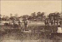 L'artillerie à Porto-Novo en 1914. - Les troupes françaises du Dahomey, ponctuellement renforcées par un bataillon venu de Dakar pour soumettre la turbulente peuplade des Holi, prirent part à la Grande Guerre sur le front du Togo voisin. Le gouverneur par intérim de la colonie allemande, le commandant Von Doering, avait pourtant proposé à ses alter-egos français et britannique, du Dahomey et de Gold Coast, et au gouverneur-général de l'AOF de neutraliser son territoire, « pour ne pas donner aux Africains le spectacle de guerres entre Européens ». Il est vrai aussi qu'il ne disposait pas de forces militaires suffisantes pour résister bien longtemps à l'assaut prévisible des troupes de l'Entente dans la région : outre une force de police de 500 soldats indigènes, il ne pouvait aligner qu'une force autochtone de quelques centaines d'hommes, rassemblée à la hâte au début des hostilités, et une réserve, comptant tout au plus quelques dizaines d'Allemands. Ses appels étant restés lettre morte, il organisa de façon pragmatique la défense du seul site stratégique pour l'Allemagne, la station de radio transmission de Kamina, proche d'Atakpamé. L'installation ultramoderne permettait à la métropole germanique de communiquer en temps réel avec toutes ses colonies d'Afrique et avec les navires circulant dans l'Atlantique tropical. Défait après une vaillante résistance, Von Doering tenta de négocier la reddition le 25 août, non sans avoir détruit les précieux équipements de Kamina la nuit précédente. Sa reddition, sans qu'aucune condition n'ait été consentie par les vainqueurs, fut effective le 26 août. Les troupes françaises et britanniques occupèrent militairement la colonie allemande jusqu'à ce que la majeure partie en soit confiée, après la guerre, à la France par mandat de la Société des nations.