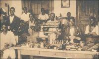 Ecole professionnelle de la mission catholique de Lomé, cordonnerie. Carte postale éditée par les missions africaines de Lyon. - Cordonniers, menuisiers, forgerons, serruriers, imprimeurs et même relieurs, le Togo dispose dès l'époque coloniale allemande d'ouvriers et d'artisans bien formés grâce à l'école professionnelle de Lomé. L'établissement, géré par les pères de la mission catholique, est situé à l'angle de l'avenue de la Libération) et de l'actuelle rue Aniko Palako. Les élèves, qui sont admis après quatre ans d'école primaire, reçoivent en quatre années une formation dont la qualité est reconnue dans tout le territoire, et même au-delà des frontières dans toutes la région.
