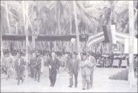 Le président Sylvanus Olympio pose la première pierre du Port autonome de Lomé, le 23 novembre 1962. – Le premier président togolais, ici en compagnie du représentant d'Allemagne fédérale K. von Hassel, ne verra jamais l'aboutissement de ce projet qu'il avait pourtant initié en tant que chef de l'Etat et maire de Lomé – il cumula les fonctions. Cruelle facétie de l'histoire, c'est le président Gnassingbé Eyadéma, à qui l'on attribue généralement l'assassinat de Sylvanus Olympio le 13 janvier 1963, qui devait finalement l'inaugurer le 26 avril 1968. Plus tard, les considérables subsides tirés de l'exploitation du port auraient permis au général Eyadéma de résister confortablement aux sanctions économiques internationales suscitées par la violence de son régime (1). L'établissement était alors géré par les propres fils du président Eyadéma. L'un d'ente eux, qui lui succéda à sa mort en 2005 - dans des conditions peu démocratiques -, vient de nommer un de ses demi-frères comme directeur général du Port autonome de Lomé. Sources : (1) Labrthe, G., Le Togo, de l'esclavage au libéralisme mafieux, Marseille, Editions Agone, 2005.