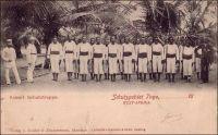 Kaiserliche Schutztruppe, Schutzgebiet Togo (Force impériale de protection, protectorat du Togo). – Cette force de protection comptait, selon les postes budgétaires mentionnés en 1897-98, un commandant, trois sous-officiers et cent cinquante soldats indigènes. A partir de 1914, elle devint une force de police (polizeitruppe) affectée au maintien de l'ordre et de la sécurité intérieure. Elle était alors constituée d'une troupe de cinq cents soldats autochtones - principalement recrutés chez les Bassari, les Cotokolis, les Kabyé et les Dagomba -, encadrés par deux officiers et trois sous-officiers allemands. Il existait aussi un excellent corps de réserve, composé de quelques dizaines d'Européens. Au moment de l'entrée dans la Grande Guerre, les Allemands mirent sur pied une force autochtone estimée à 1500 hommes, mais n'en aligna effectivement jamais plus de 500, et qui ne parvint pas à changer le cours des choses face aux troupes françaises du Dahomey et britanniques de Gold Coast. – La photo fut prise au XIXème siècle, l'amorce de date « 18.. », imprimée pour faciliter la correspondance, en témoigne.