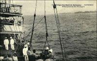 Cotonou, le débarquement des passagers. – « 23 mai 1890 [...] De Bassam, on continua à suivre la côte pour arriver à Cotonou. Tu as sûrement appris notre expédition au Dahomey ; elle bat son plein actuellement. [...] A Cotonou, il y a une barre comme à Bassam, mais il y a de nombreux requins qui rendent les capotages infiniment plus dangereux ». Source : Correspondance d'Albert Nebout (1862-1940), rassemblée et publiée dans Nebout, Albert, Passions Africaines, Genève, Editions Eboris, 1995.