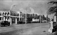 Lomé, le palais de justice. – Bâtiment construit en 1926. En matière de justice, le colonisateur allemand impose rapidement ses marques au Togo, notamment en interdisant dans le droit coutumier des pratiques considérées comme arriérées. C'est le cas des meurtres rituels, mais aussi de l'usage du poison d'épreuve. Celui-ci consistait à faire boire aux créanciers, lors d'une succession, l'eau qui avait servi à nettoyer le nez, les yeux et la bouche du défunt. S'ils refusaient, leur dû revenait aux héritiers. Le système judiciaire instauré par les Allemands est pyramidal. Les chefs traditionnels sont compétents en première instance dans les affaires civiles et pénales. Une part de 10% des amendes infligées leur est reversée, au titre des redevances coutumières. La deuxième instance, est de la compétence des chefs de cercle européens ; mais au-delà de 6 mois de prison et de 300 marks d'amende, la décision du gouverneur est nécessaire. La loi permet d'infliger des punitions corporelles, allant du fouet à la peine de mort. Par la suite, la deuxième instance sera confiée à la cour d'appel de Bouéa au Cameroun. A partir de 1922, le colonisateur français ne laisse, aux chefs traditionnels, qu'un pouvoir de conciliation. Des tribunaux de subdivision sont créés, ils sont compétents en matière civile et commerciale pour des actions d'une valeur inférieure à 300 francs, en premier ressort, et à 1500 francs en second ressort. Les tribunaux de cercle statuent en appel, et en première instance pour les actions comprises entre 1500 et 3000 francs. Un tribunal criminel, comprenant deux assesseurs européens, siège dans chaque cercle ; les peines vont de l'amende à la mort. Le tribunal colonial d'appel, qui siège à Lomé, est la seconde instance pour les affaires jugées par les tribunaux de cercle, mais aussi la chambre d'accusation pour les affaires criminelles.