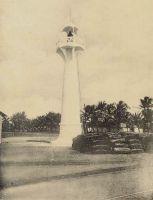 Phare de Cotonou. – « Je suis parti un soir de Lomé et le lendemain matin je suis arrivé à Cotonou, Dahomey : côte basse, toujours, la barre, la plage, la longue rangée d'arbres et le wharf hérissé de grues. Une seule chose distingue Cotonou de Lomé : à Lomé, le phare est à gauche de wharf ; ici, on l'a planté à droite. Mêmes barcasses, mêmes chaloupes à vapeur venant chercher à bord passagers et bagages. Même panier ». Source : Martet, Jean, Les bâtisseurs de royaumes, Paris, Albin Michel, 1934.