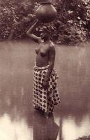 Togo : Jeune fille à la rivière. – Photo éditée par l'Agence économique des territoires français sous mandat.