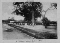 Bohicon (Dahomey), le marché – Bohicon, est une ville carrefour sur la route principale et le chemin de fer Cotonou-Parakou, proche d'Abomey. Son marché est célèbre dans le pays, notamment pour les moutons.