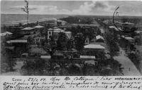 Lomé, vue vers l'ouest, photo F. F. Olympio – Fabriano Francisco Olympio, commerçant et photographe à Lomé, est l'un des fils de Francisco Olympio (le fondateur de la branche afro-brésilienne de la famille, né en 1833 à Bahia et arrivé sur la côte ouest africaine dans les années 1850) et le frère d'Octaviano Olympio, lui-même père de Sylvanus Olympio, le premier président du Togo indépendant. Ayant quitté le Togo au début du XXème  siècle pour le Cameroun, Fabriano Francisco revint ensuite à Lomé ou il devait mourir en 1910. Carte postée en 1904.