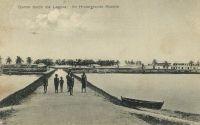 Anécho, damm durch die laguna - Barrage sur la lagune. Anécho, aussi connu comme Petit-Popo connaît la présence permanente de commerçants allemands et français dès 1872.