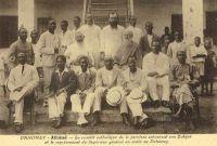 Athlémé, le comité catholique de la province entourant son évêque et le représentant du supérieur général en visite au Dahomey .