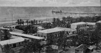 Lomé, Süd-Seite - photo F. F. Olympio – Fabriano Francisco Olympio, commerçant et photographe à Lomé, est l'un des fils de Francisco Olympio (le fondateur de la branche afro-brésilienne de la famille, né en 1833 à Bahia et arrivé sur la côte ouest africaine dans les années 1850) et le frère d'Octaviano Olympio, lui-même père de Sylvanus Olympio, le premier président du Togo indépendant. Ayant quitté le Togo au début du XXème  siècle pour le Cameroun, Fabriano Francisco revint ensuite à Lomé ou il devait mourir en 1910. - Le verso de cette carte, non divisé pour inscrire la correspondance à côté de l'adresse, établit qu'elle date d'avant 1904. La présence de deux grues au bout du wharf allemand confirme que la photo fut prise avant 1908, car entre 1908 et 1909 il fut ajouté trois autres engins de levage pour augmenter les capacités logistiques de l'ouvrage.