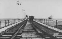 Lomé, le wharf – il s'agit du wharf français, construit  entre juin 1925 et juin 1928. Sa structure plus légère et son orientation perpendiculaire à la barre (et non plus à la plage comme c'était le cas pour le wharf allemand), offrant peu de résistance aux vagues, en font un édifice solide. Il a une capacité quotidienne de 700 t. (le double du wharf allemand), et Lomé ayant été électrifiée en 1926, il peut fonctionner de nuit.