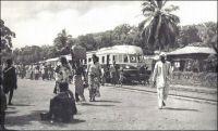 Atakpamé, un autorail en gare d'Atakpamé, vers 1955 - « À compter de 1904, trois voies ferrées furent construites à partir de Lomé, disposées radialement dans trois directions différentes. La première, la ligne côtière Lomé-Anécho, fut ouverte au trafic en juin 1905. Suivit en janvier 1907 la ligne du nord-ouest en direction de Kpalimé à 125 km, puis la ligne du nord, vers Atakpamé, longue de 162 km, qui fut mise en service le 1er avril 1911. Cette performance technique, réalisée en l'espace de dix années à peine, mérite d'autant plus d'être reconnue comme un exploit si on la compare en particulier aux constructions de voies ferrées effectuées sous le mandat français qui, en plus de vingt cinq ans, n'a pu prolonger la ligne nord que de 113 km, jusqu'à Blita. » Deutsche Architektur in Togo 1884 – 1914, Wolfgang Lauber, éditions Karl Kramer Verlag, Stuttgart, 1993.