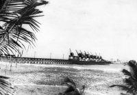 Lomé, le wharf – Photo publiée en 1962, mais elle doit dater d'avant 1954, époque à laquelle  le nombre de grues fut porté à 10, tandis que l'édifice était allongé de 50 m.