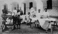 Lomé, l'école ménagère - carte éditée par les Soeurs missionnaires de Notre-Dame des Apôtres, Vénissieux.